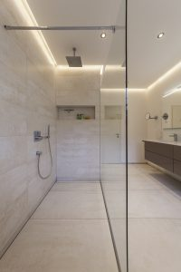 Helles Duschbad Referenz-Bad Bodengleiche Dusche