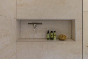 Helles Duschbad Referenz-Bad Nische in der Dusche