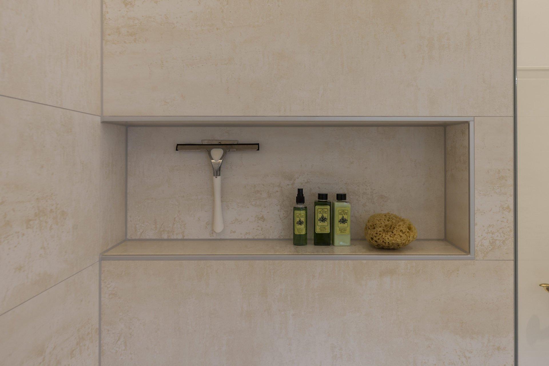 Helles Duschbad Referenz-Bad Nische in der Dusche  NOWAK GmbH