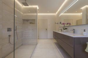 Helles Duschbad Referenz-Bad Raum und Dusche