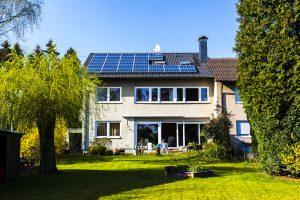 Heizung-Photovoltaik-Anlage-Dach-Wohnhaus