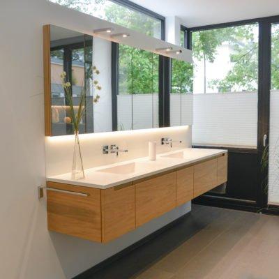 Architektur Pur Referenz-Bad Waschtisch und Fenster