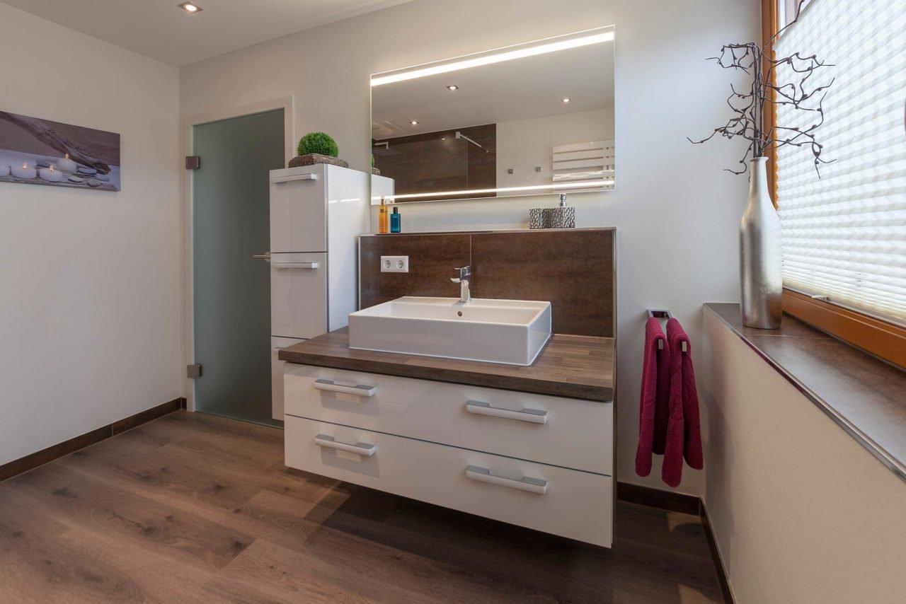 Bad-Referenzbad-Wöhlfühlbad-in-nussbraun-Spiegelschrank-Waschtisch-Armatur