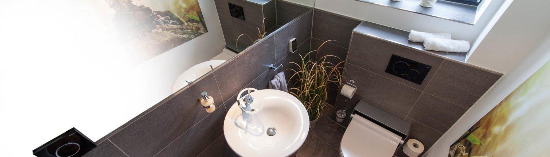 Bad-Referenzbad-buddha-begrüsst-sie-Armatur-Dusch-WC-Bidet-Waschbecken