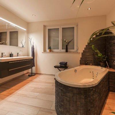 Bad-Referenzbad-die-Regenwald-Dusche-Badewanne-Whirl-Wanne-Spiegelschrank-Waschtisch