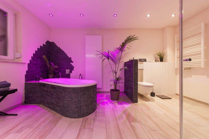 Bad-Referenzbad-die-Regenwald-Dusche-Badewanne-Whirl-Wanne-Whirlpool-RGB-Beleuchtung