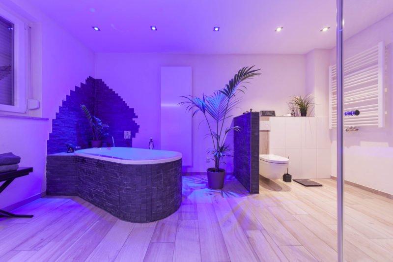 Bad-Referenzbad-die-Regenwald-Dusche-Badewanne-Whirlpool-RGB-Beleuchtung-Whirl-Wanne