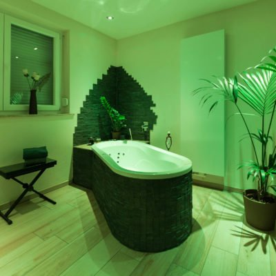 Bad-Referenzbad-die-Regenwald-Dusche-RGB-Beleuchtung-Badewanne-Whirl-Wanne-Whirlpool