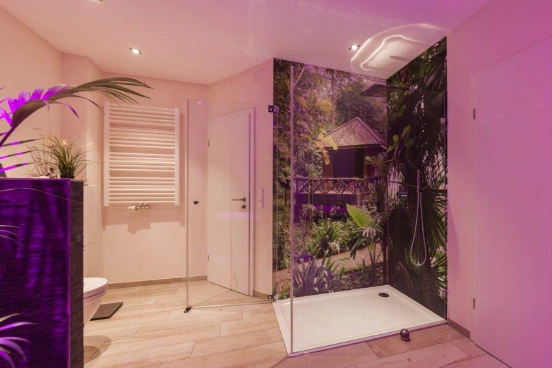Bad-Referenzbad-die-Regenwald-Dusche-RGB-Beleuchtung-bodengleiche-Dusche-WC