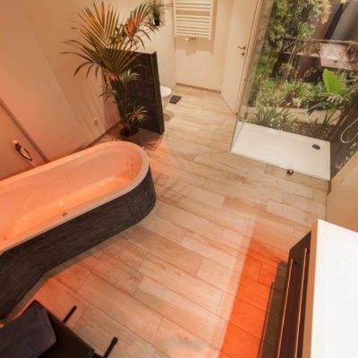 Bad-Referenzbad-die-Regenwald-Dusche-RGB-Beleuchtung-bodengleiche-Dusche-WC-Waschtisch