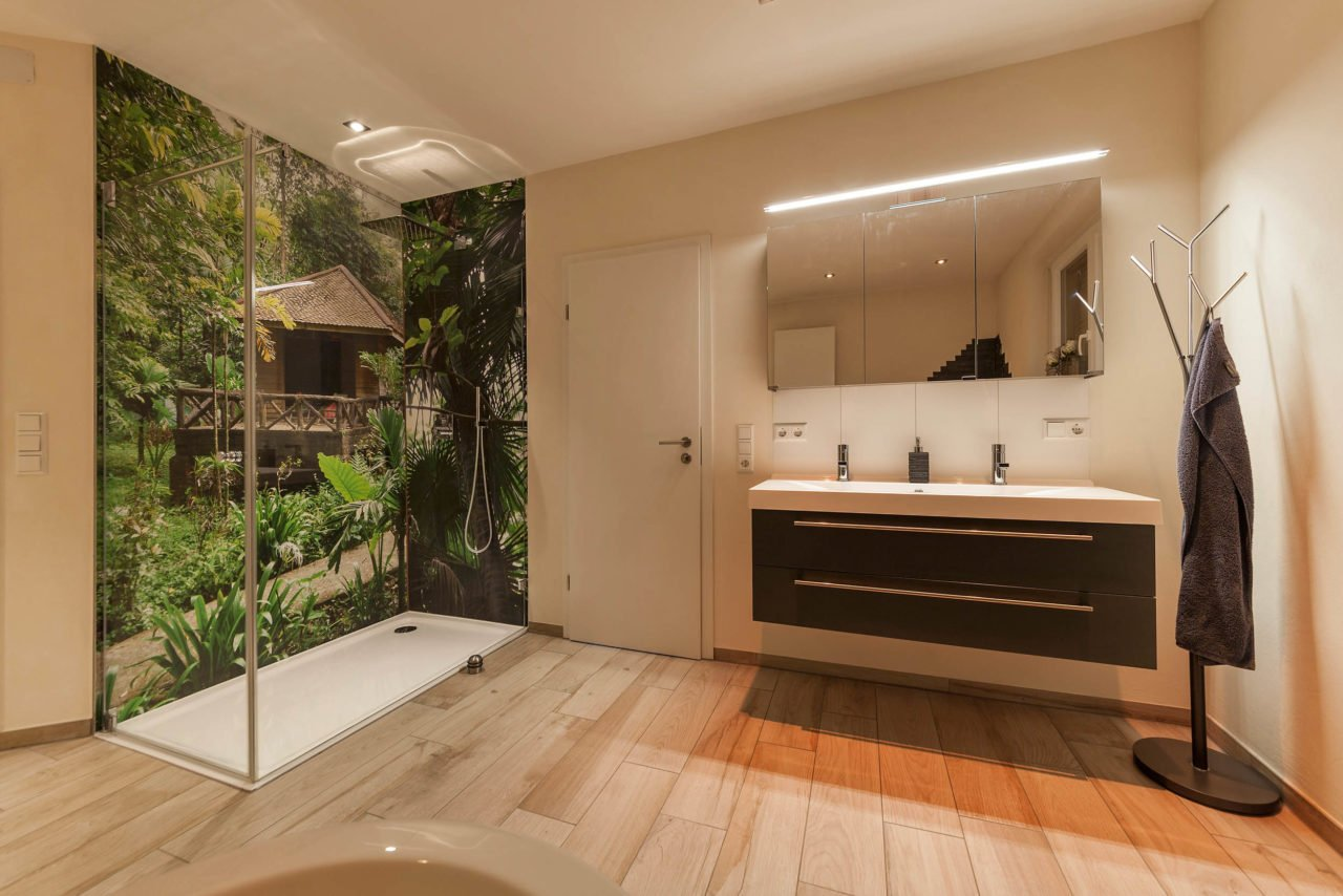 Bad-Referenzbad-die-Regenwald-Dusche-bodengleiche-Dusche-Waschtisch-Spiegelschrank