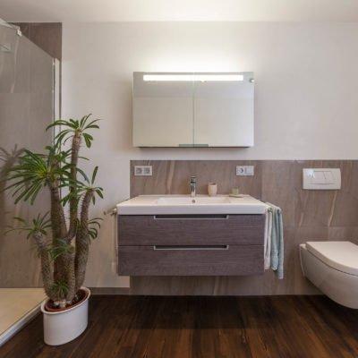 Bad-Referenzbad-marmor-und-holz-Dusche-WC-Spiegelschrank-Waschtisch-Armatur