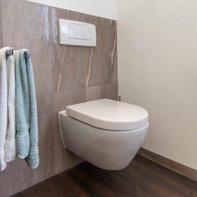 Bad-Referenzbad-marmor-und-holz-WC-Toilette-Badmöbel