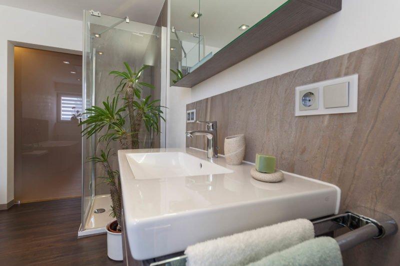 Bad-Referenzbad-marmor-und-holz-Waschtisch-Armatur-Badmöbel