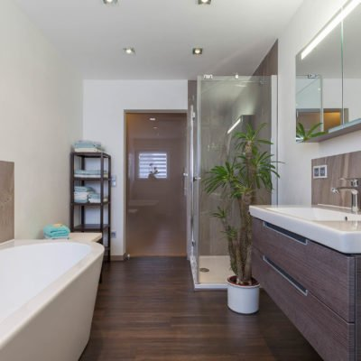 Bad-Referenzbad-marmor-und-holz-Waschtisch-Armatur-freistehende-Wanne