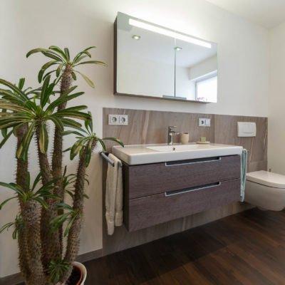 Bad-Referenzbad-marmor-und-holz-beleuchteter-Spiegelschrank-Waschtisch-Unterschrank-Badmöbel