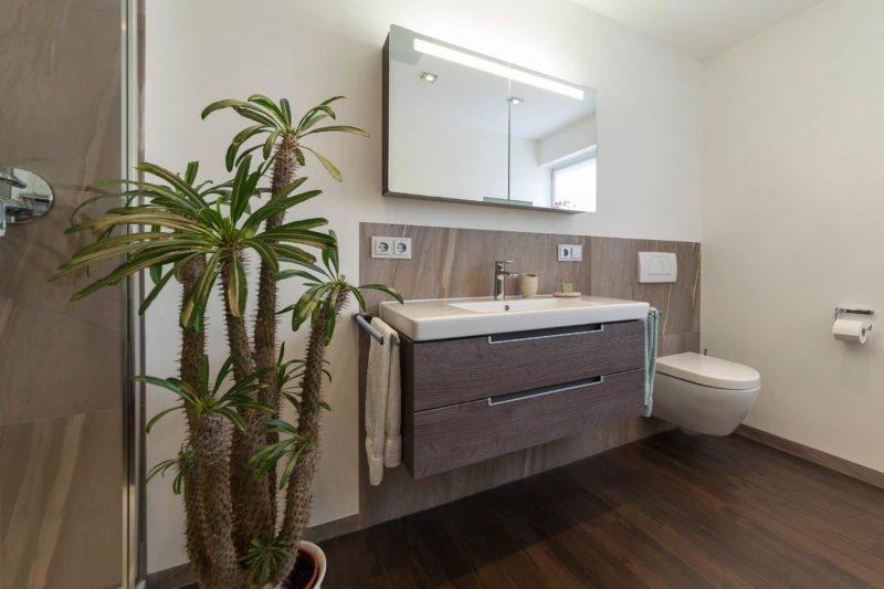 bad referenzbad marmor und holz beleuchteter spiegelschrank waschtisch unterschrank badm bel. Black Bedroom Furniture Sets. Home Design Ideas