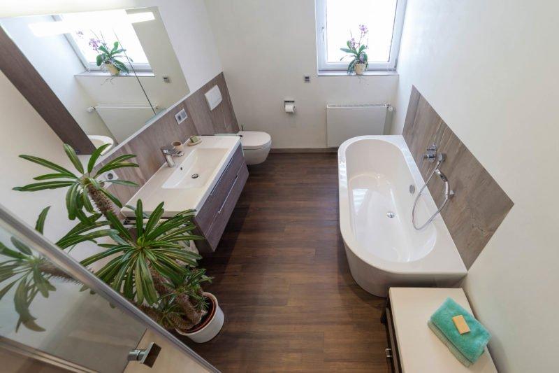 Bad-Referenzbad-marmor-und-holz-beleuchteter-Spiegelschrank-freistehende-Badewanne