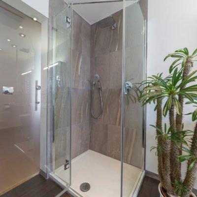 Bad-Referenzbad-marmor-und-holz-bodengleiche-Dusche-Rainshower