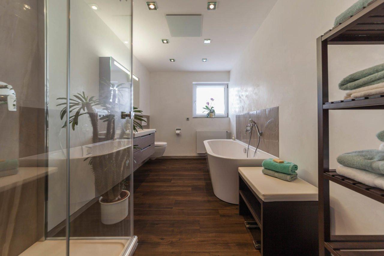 Bad Referenzbad Marmor Und Holz Bodengleiche Dusche Freistehende