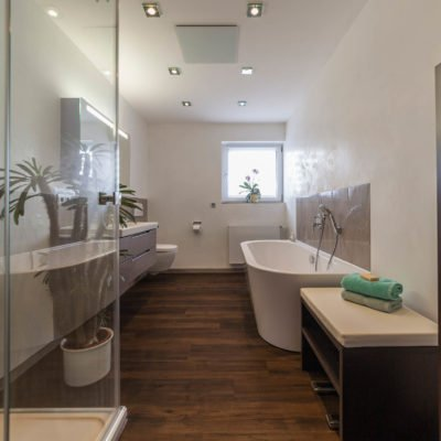 Bad-Referenzbad-marmor-und-holz-bodengleiche-Dusche-freistehende-Badewanne