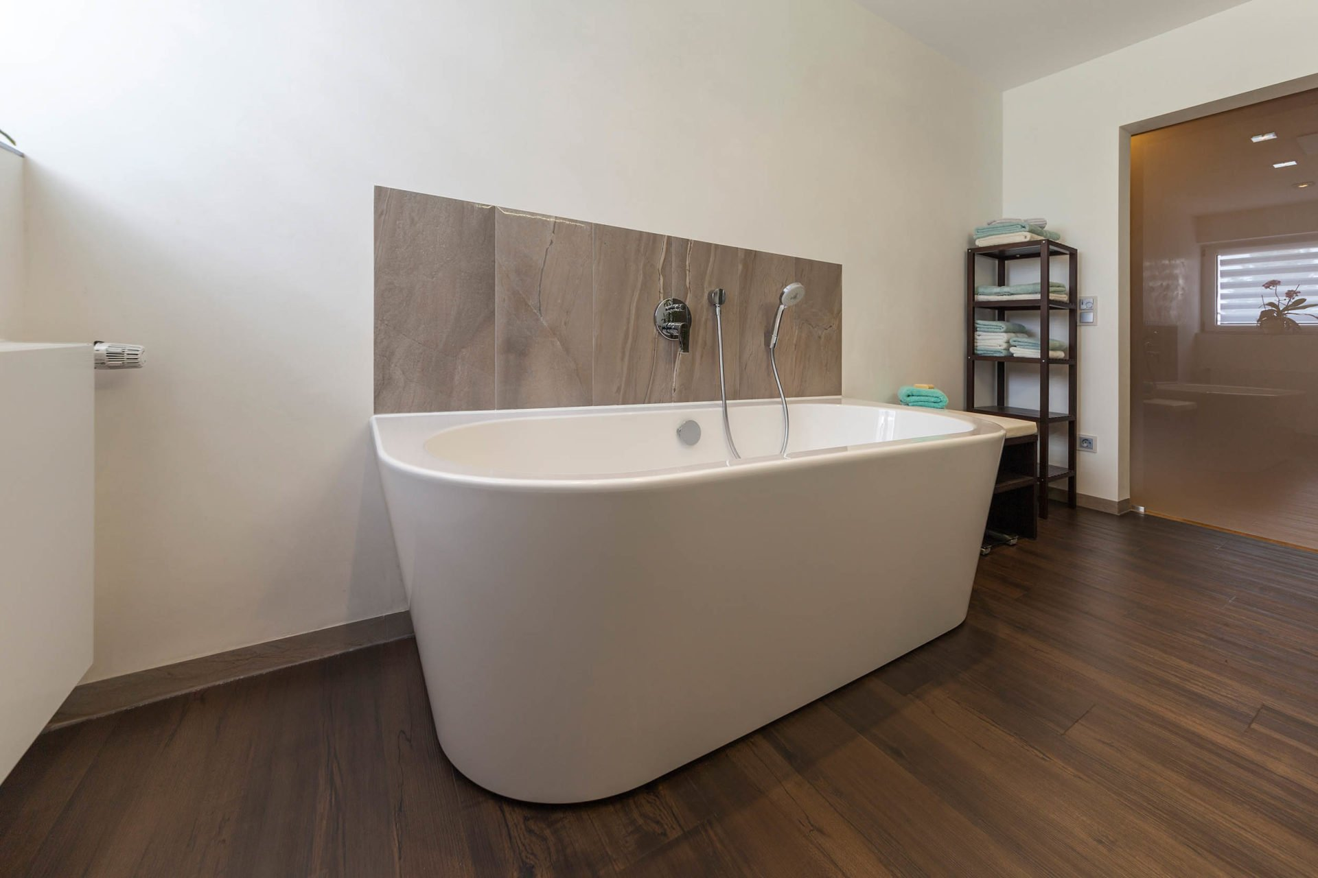 bad referenzbad marmor und holz freistehende badewanne armatur nowak gmbh bergisch gladbach. Black Bedroom Furniture Sets. Home Design Ideas