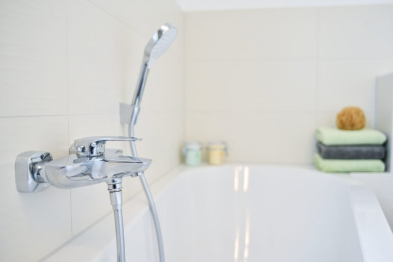 Badezimmer-Fokus-Badewanne-Armatur