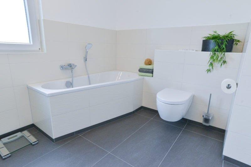Badezimmer-Fokus-Badewanne-Armatur-WC