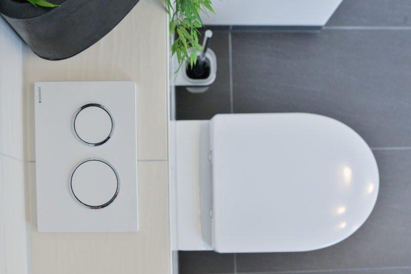Badezimmer-Fokus-WC-Toilette-Unterputz-Spülkasten