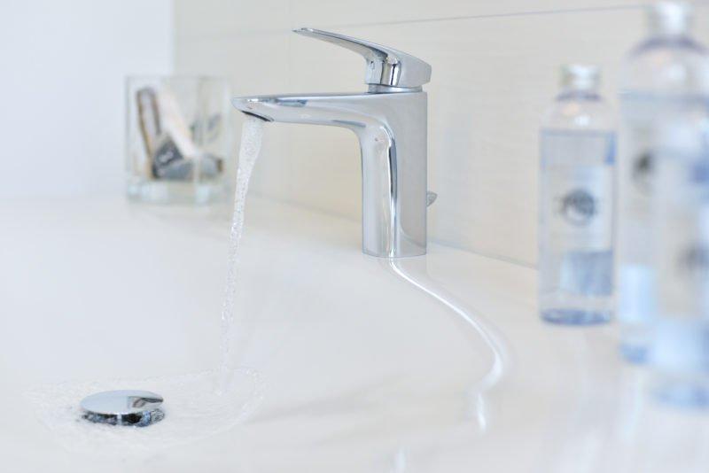 Badezimmer-Fokus-Waschbecken-Armatur