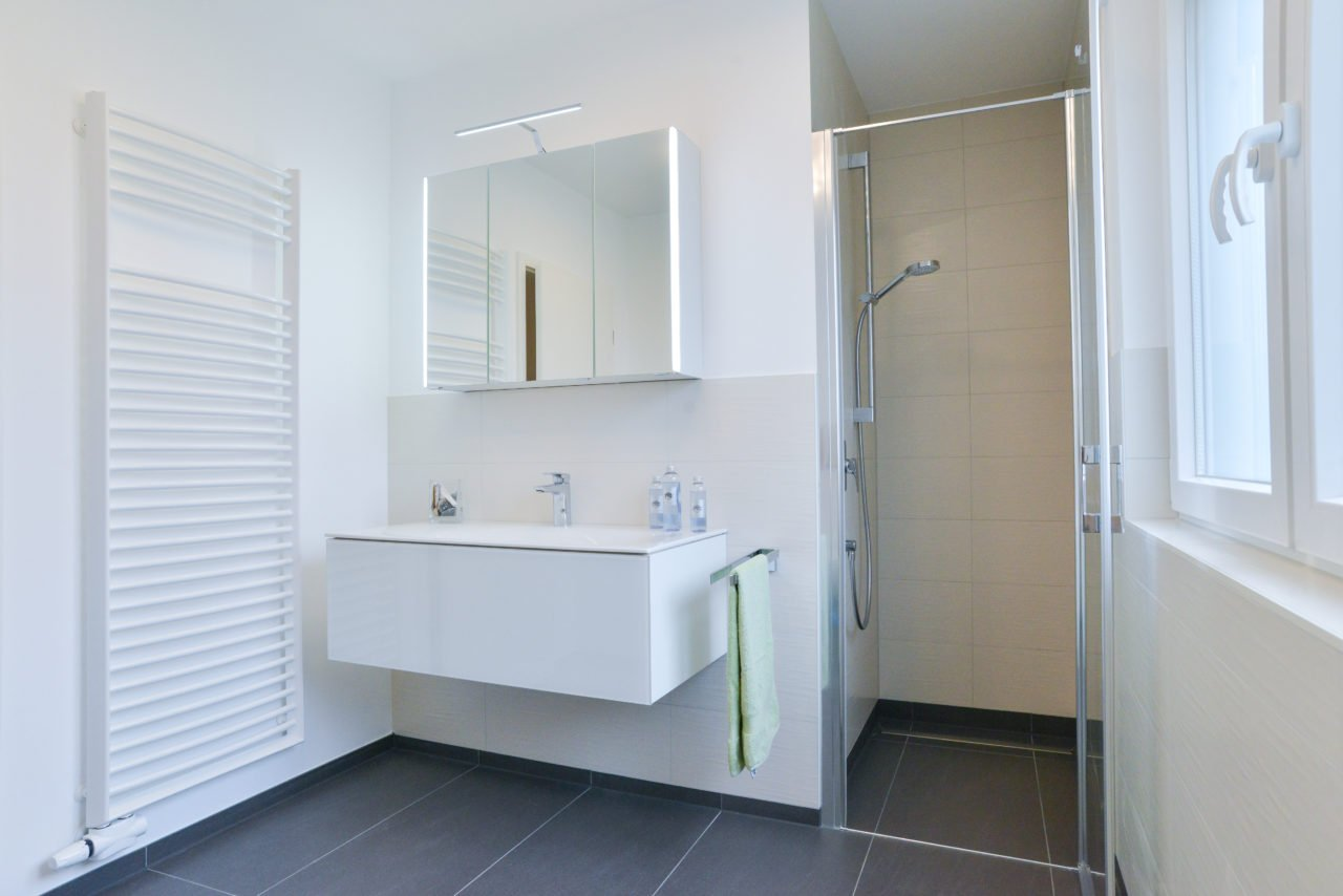 Badezimmer-Fokus-bodengleiche-Dusche-Waschbecken-Spiegelschrank