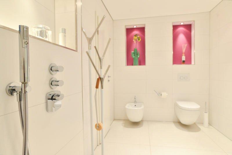Badezimmer-pink-Duscharmatur-Toilette-WC-Bidet