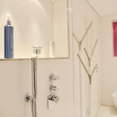 Badezimmer-pink-Dusche-Armatur