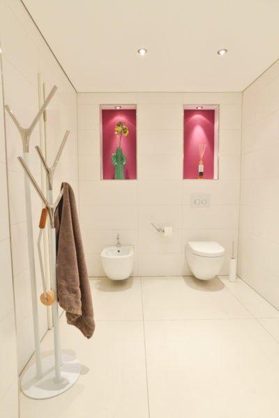 Badezimmer-pink-Wandbeleuchtung-Toilette-WC-Bidet