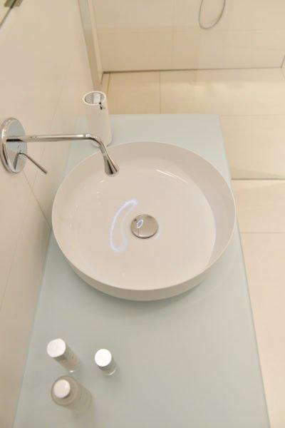 Badezimmer-pink-Waschbecken-Armatur