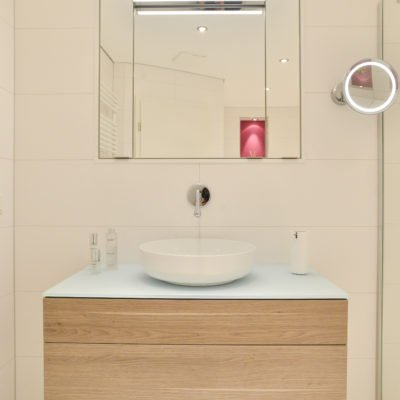 Badezimmer-pink-Waschbecken-Spiegelschrank-Badmöbel