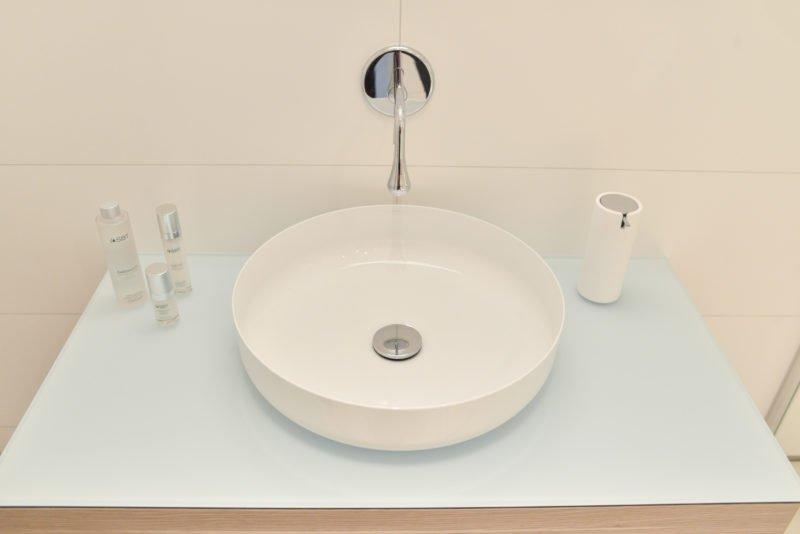 Badezimmer-pink-Waschbecken-Wandarmatur