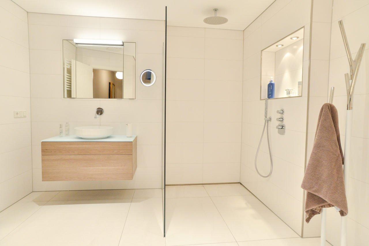 ... Badezimmer Pink Bodengleiche Dusche Badmöbel Spiegelschrank ...