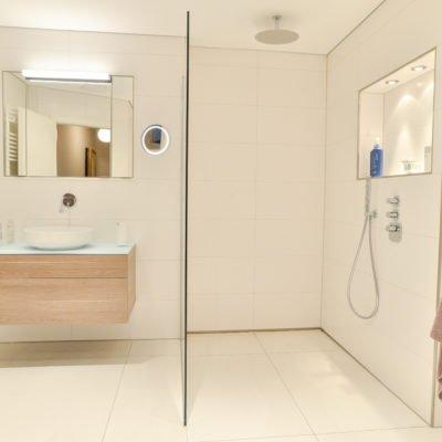 Badezimmer-pink-bodengleiche-Dusche-badmöbel-spiegelschrank