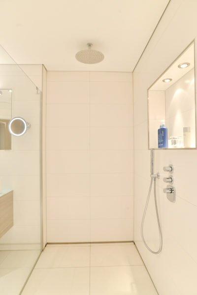 Badezimmer-pink-bodengleiche-Dusche-rainshower
