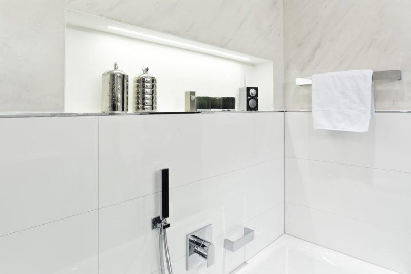 Badezimmer-weiß-Badewanne-Armatur-2