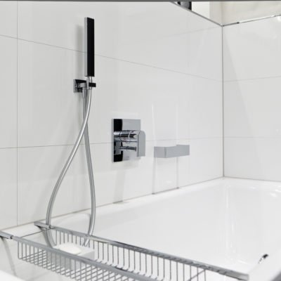 Badezimmer-weiß-Badewanne-Armatur