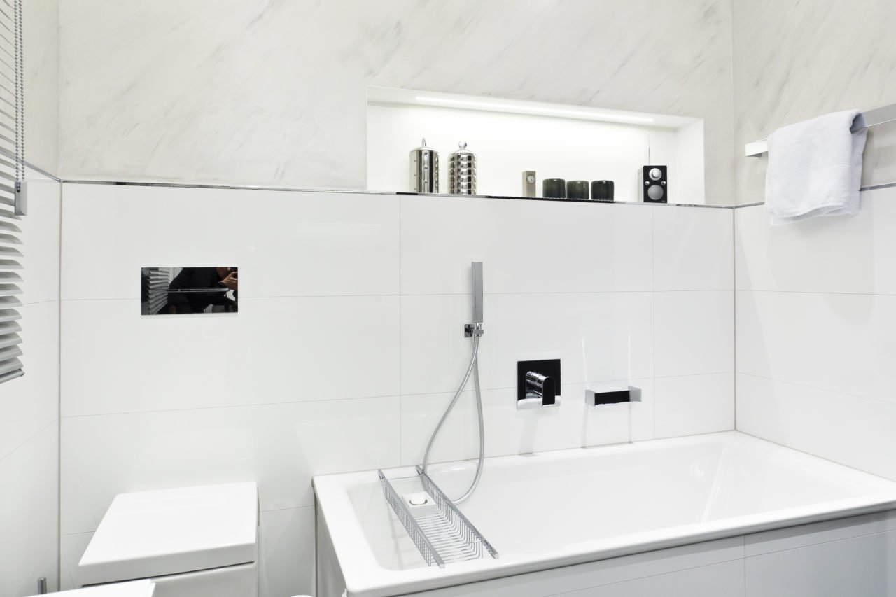 Nice Badezimmer Weiß Badewanne Armatur WC