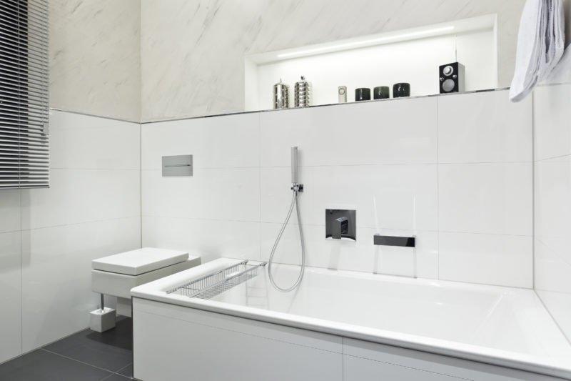 Badezimmer-weiß-Badewanne-Armatur-WC-2