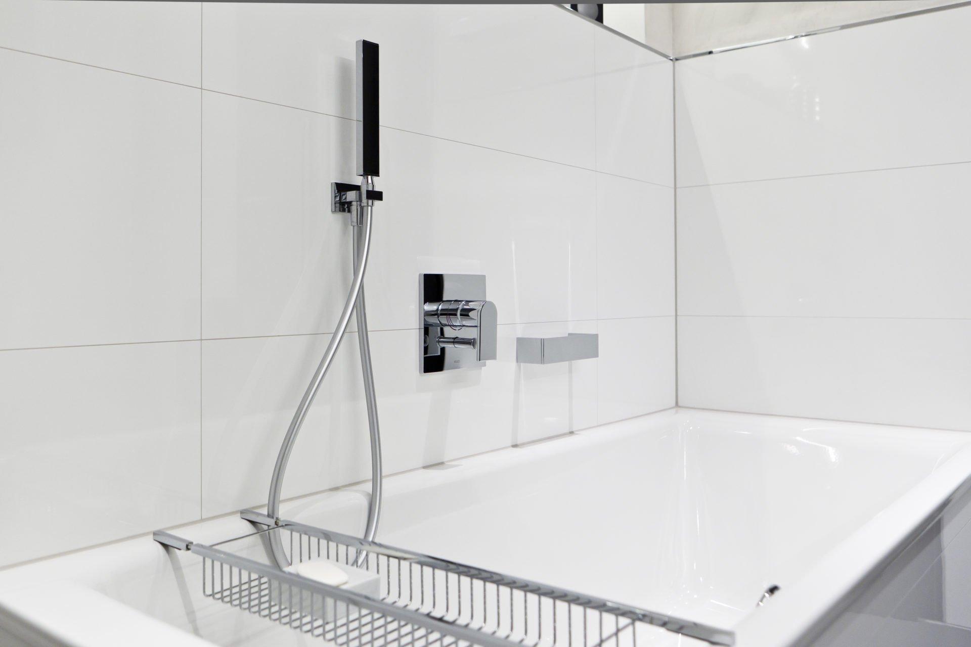 Badezimmer weiß Badewanne Armatur   NOWAK GmbH Bergisch Gladbach