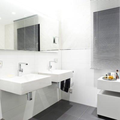 Badezimmer-weiß-Doppelwaschtisch-Armatur-Spiegel