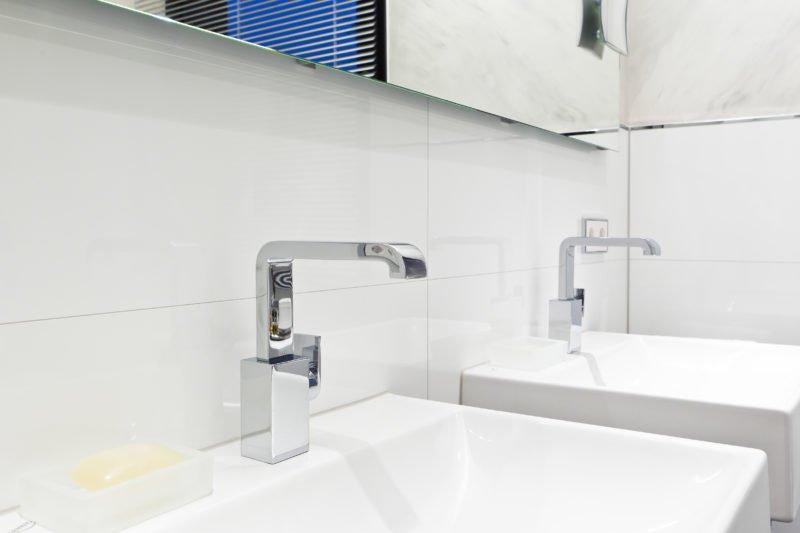 Badezimmer-weiß-Doppelwaschtisch-Armaturen