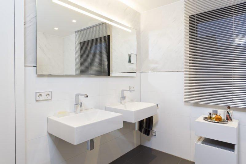 Badezimmer-weiß-Doppelwaschtisch-Armaturen-großer-Spiegel