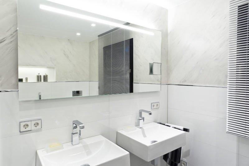 Badezimmer-weiß-Doppelwaschtisch-großer-Spiegel