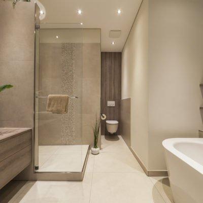Badezimmer-wohnen-Badmöbel-Badewanne-Dusche-WC